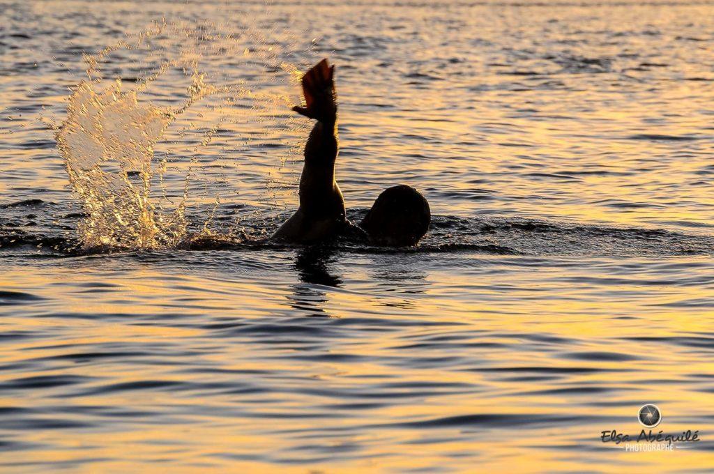 Nageur dans un lac, symbolisant la motivation.