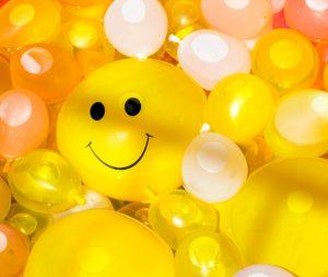 Ballon jaune avec un sourire dessiné dessus, pour symboliser la bienveillance du coach.
