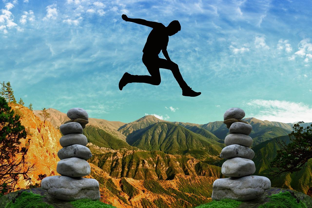 Personne en train de sauter au-dessus des montagnes, pour illustrer l'adaptabilité grâce aux formations dispensées par CF Evolution.