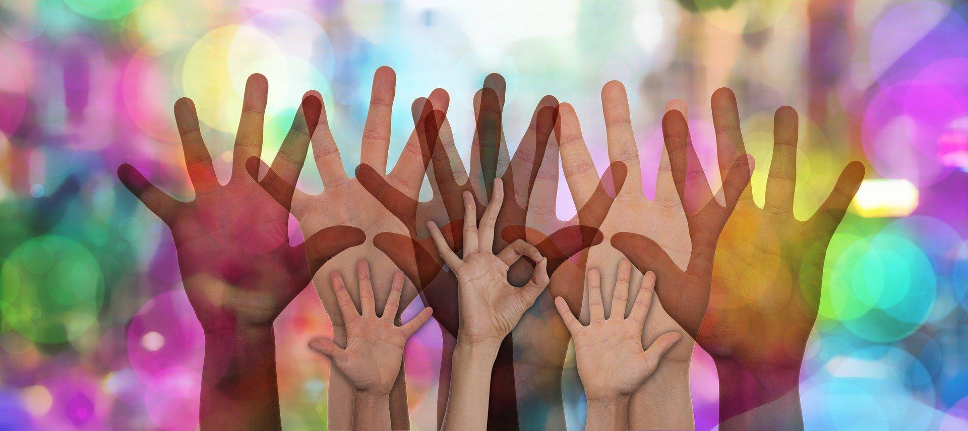 Mains levées pour symboliser le bénévolat.