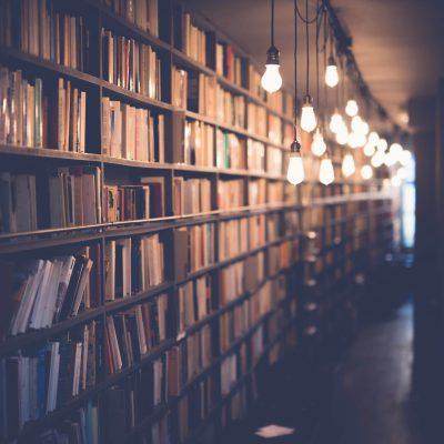 Bibliothèque remplie de livres, symboles de la formation et l'apprentissage.