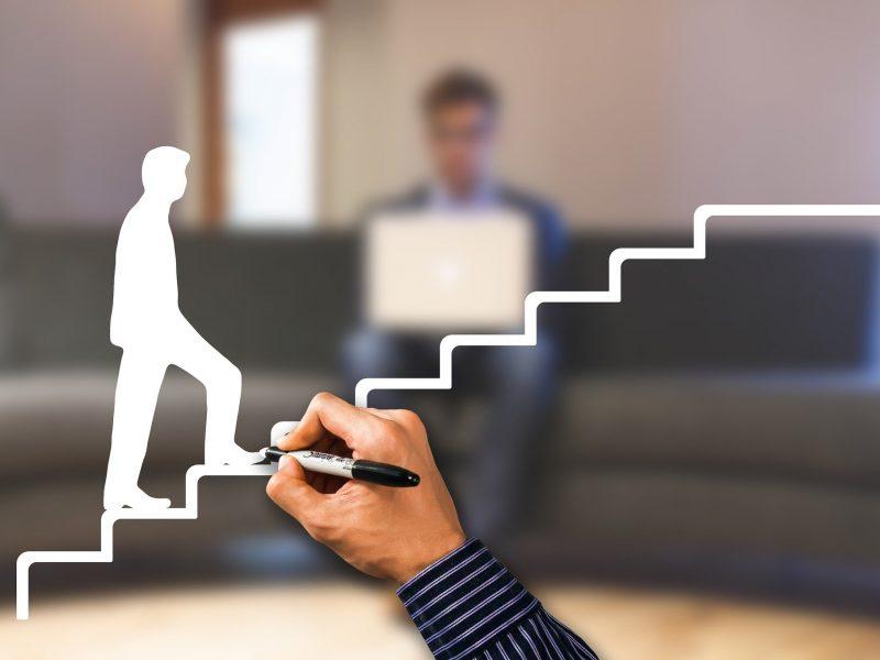 Dessin d'un homme montant des escaliers, symbolisant l'évolution.