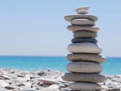 Galets sur une place représentant l'équilibre et l'accomplissement de soi.