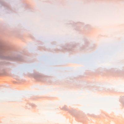 Nuages roses dans le ciel, pour symboliser le mieux-être grâce à l'accompagnement mis en place par CF Evolution.