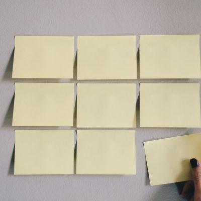 Post its, rangés les uns à côté des autres, pour lister ses compétences professionnelles.